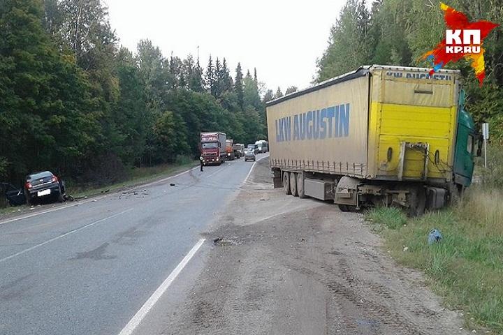 В итоге столкновения фургона илегковушки вУдмуртии скончался человек