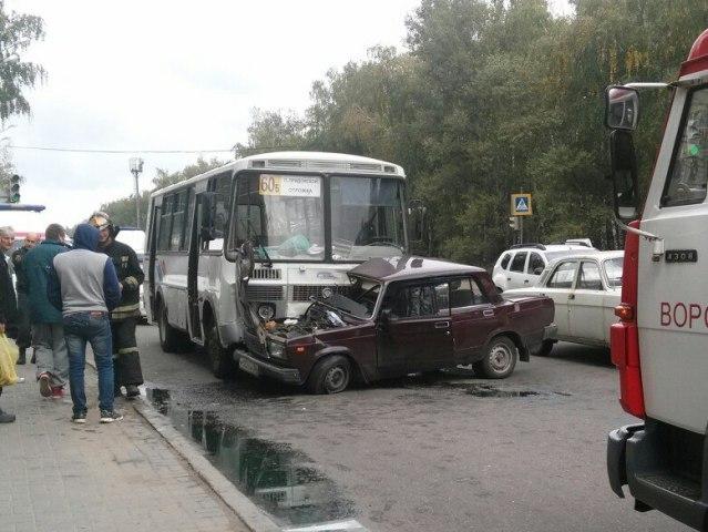 ДТП вВоронеже: Встолкновении маршрутки с«ВАЗом» пострадал человек