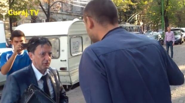 Министра финансов Молдавии окатили молоком