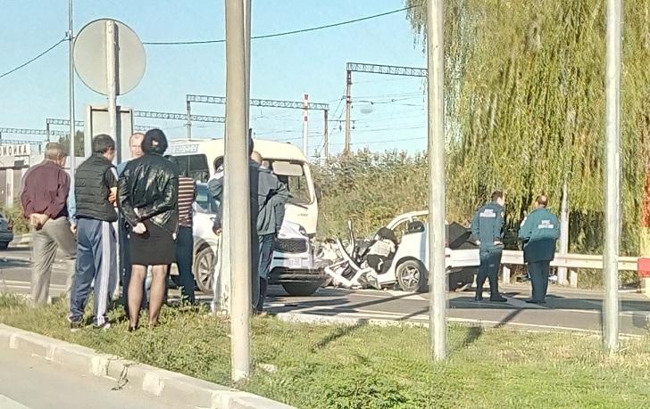 Под Краснодаром вДТП маршрутки слегковушкой, умер один человек