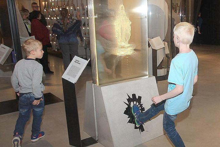 ВЭстонии гостям музея посоветовали пнуть образ Девы Марии