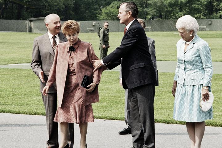 Снимок сделан 1 мая 1990 года: Михаил Сергеевич и Раиса Максимовна встречаются с 41-м президентом США Джорджем Бушем и его супругой Барбарой.