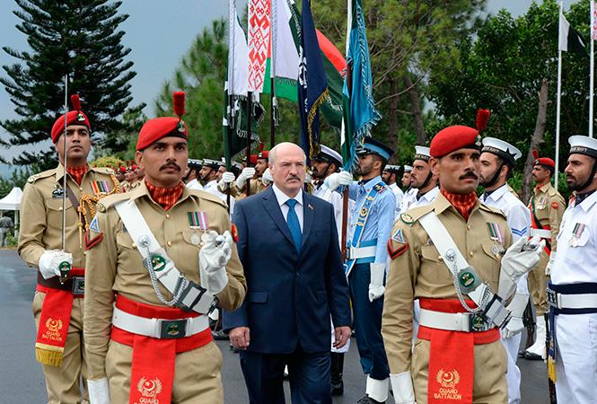 Александра Лукашенко встретил почетный караул. Фото: http://president.gov.by/