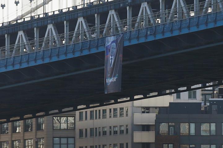 Полотнище провисело на Манхэттенском мосту в Нью-Йорке около часа, теперь полицейские просматривают записи камер видеонаблюдения, чтобы выяснить, кто вывесил портрет Путина в самом «сердце Америки»