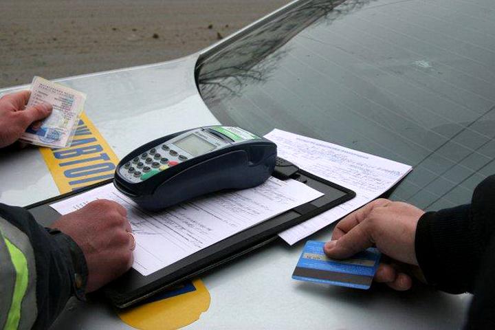 С 1 октября инспекторы страны переходят на новую систему оплаты штрафов за нарушения правил дорожного движения. Фото: ac.ua.
