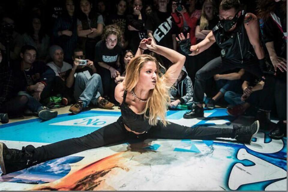 голая девушка танцующая на экране телефона