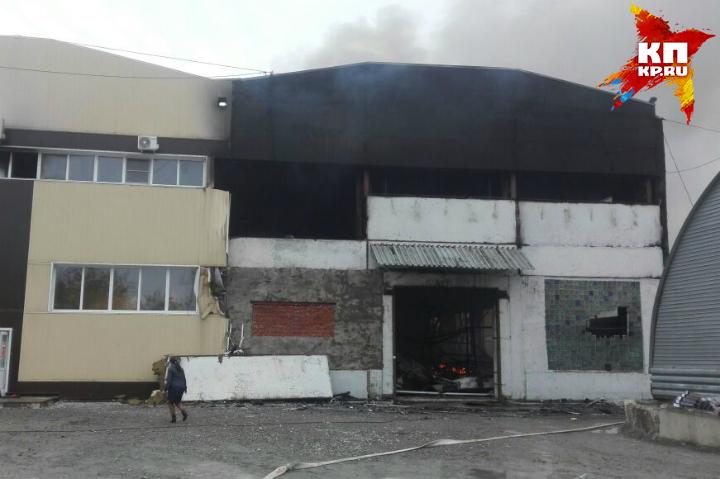 Сверепый пожар наскладе обоев гасят пожарные вХабаровске