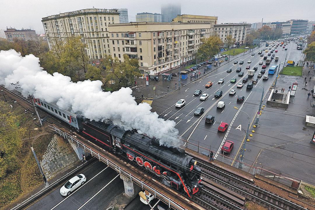 Дым столбом, гулкие гудки - это несется ретропоезд. Только ради такого удовольствия стоит на нем проехать.