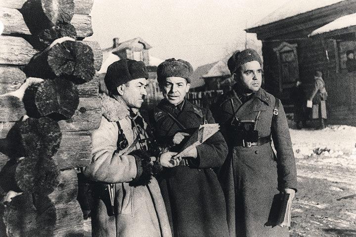 Генерал Иван Панфилов (крайний слева) с офицерами штаба. Снимок сделан в день его гибели - 18 ноября 1941 года. Репродукция М. Калашникова/ТАСС