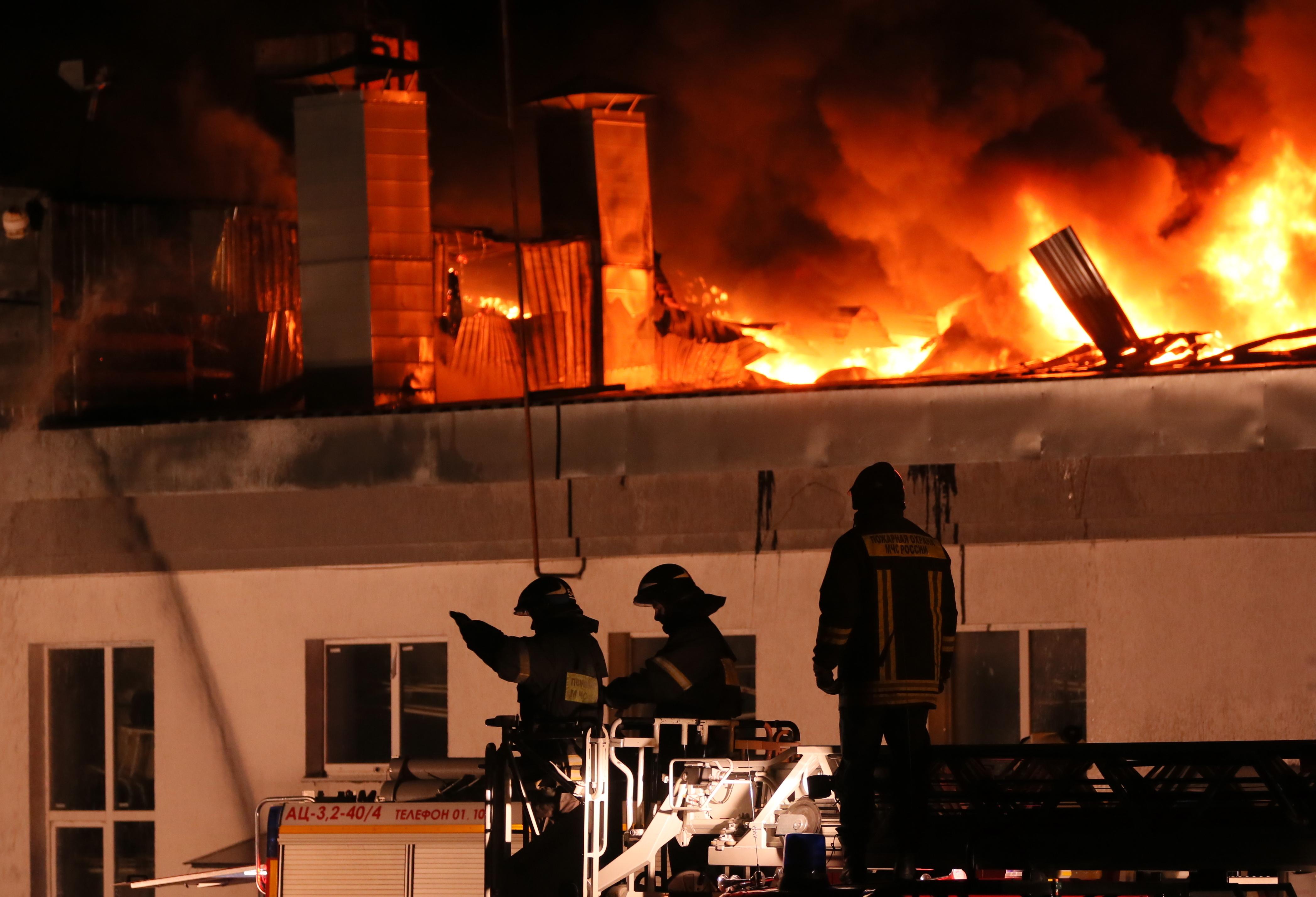 На месте работало девять пожарных и две спецмашины. Фото: Алексей Дружинин