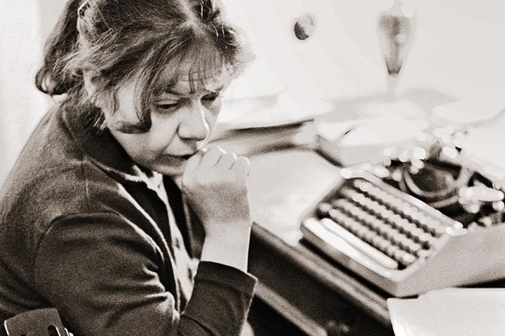 Новелла Матвеева была не только поэтом и бардом, но также драматургом и переводчиком. Фото: Владимир САВОСТЬЯНОВ/TASS
