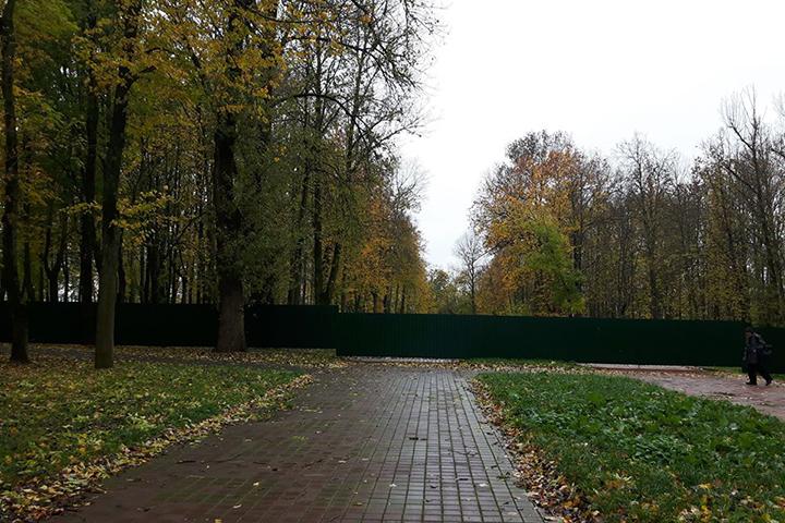 За этим зеленым забором работы приостановлены на неделю.
