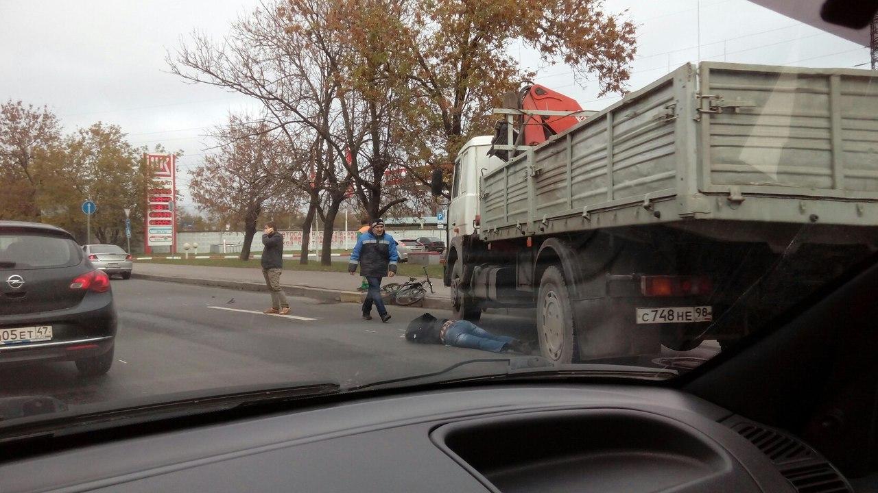 Велосипедист попал под колёса фургона наЛиговском— Петербург
