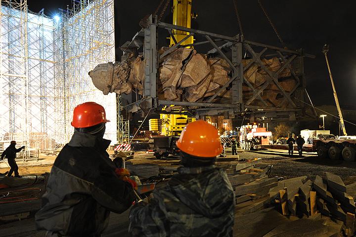Рабочие начали установку памятника князю Владимиру в Москве