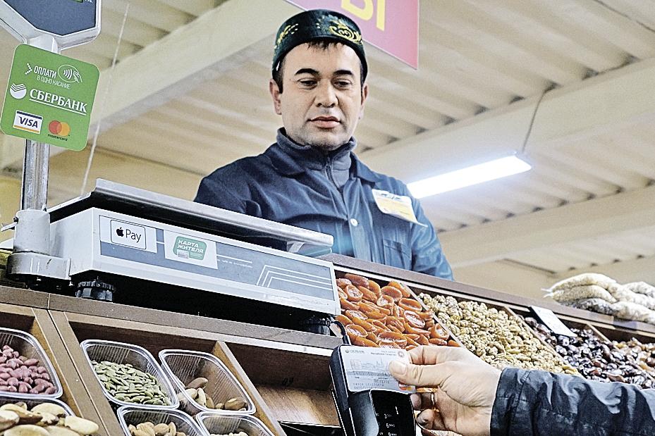 Pos-терминалами уже снабжено 70% торгово-сервисных точек Зеленодольска. Фото: Павел ФОМИН
