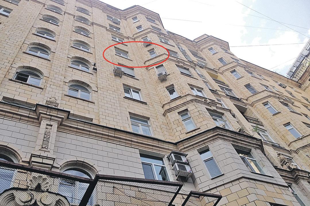 Окна той самой квартиры раздора на шестом этаже дома на Фрунзенской набережной.