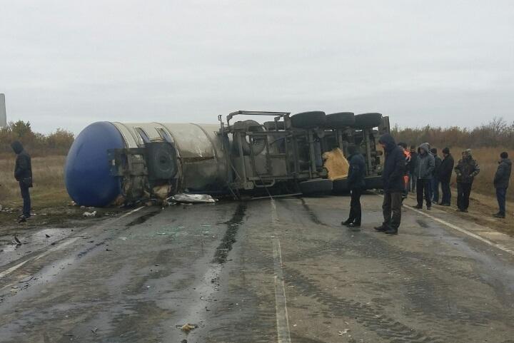 Под Волгоградом перевернувшийся грузовой автомобиль  сбитумом перекрыл движение натрассе