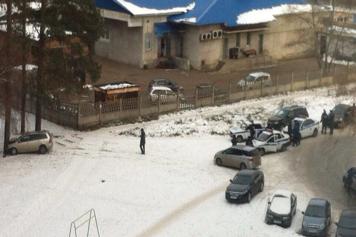 Работники ППС помочились назабор, врезавшись вдерево под Иркутском