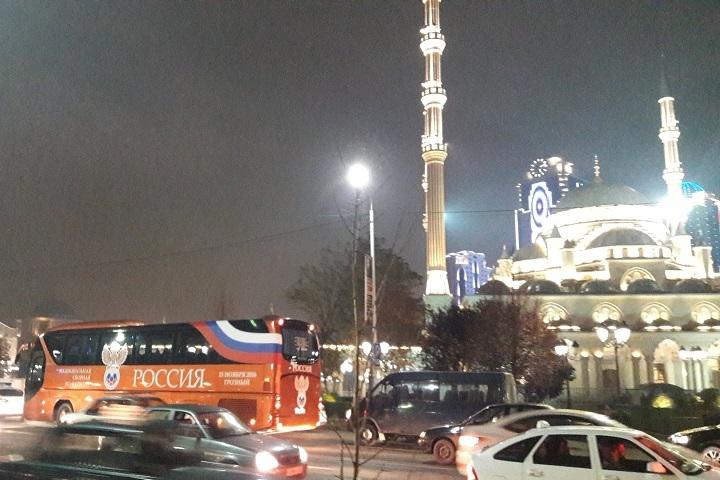 Игроки сборной РФ пофутболу после тренировки вГрозном подарили Кадырову футболку