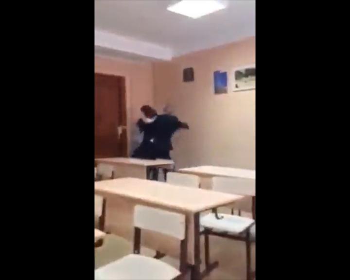 Школьник жестоко избил одноклассницу на уроке в Иркутске. Фото: скрин
