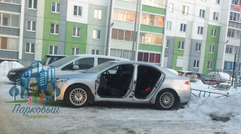 ВЧелябинске сприпаркованной машины сняли двери