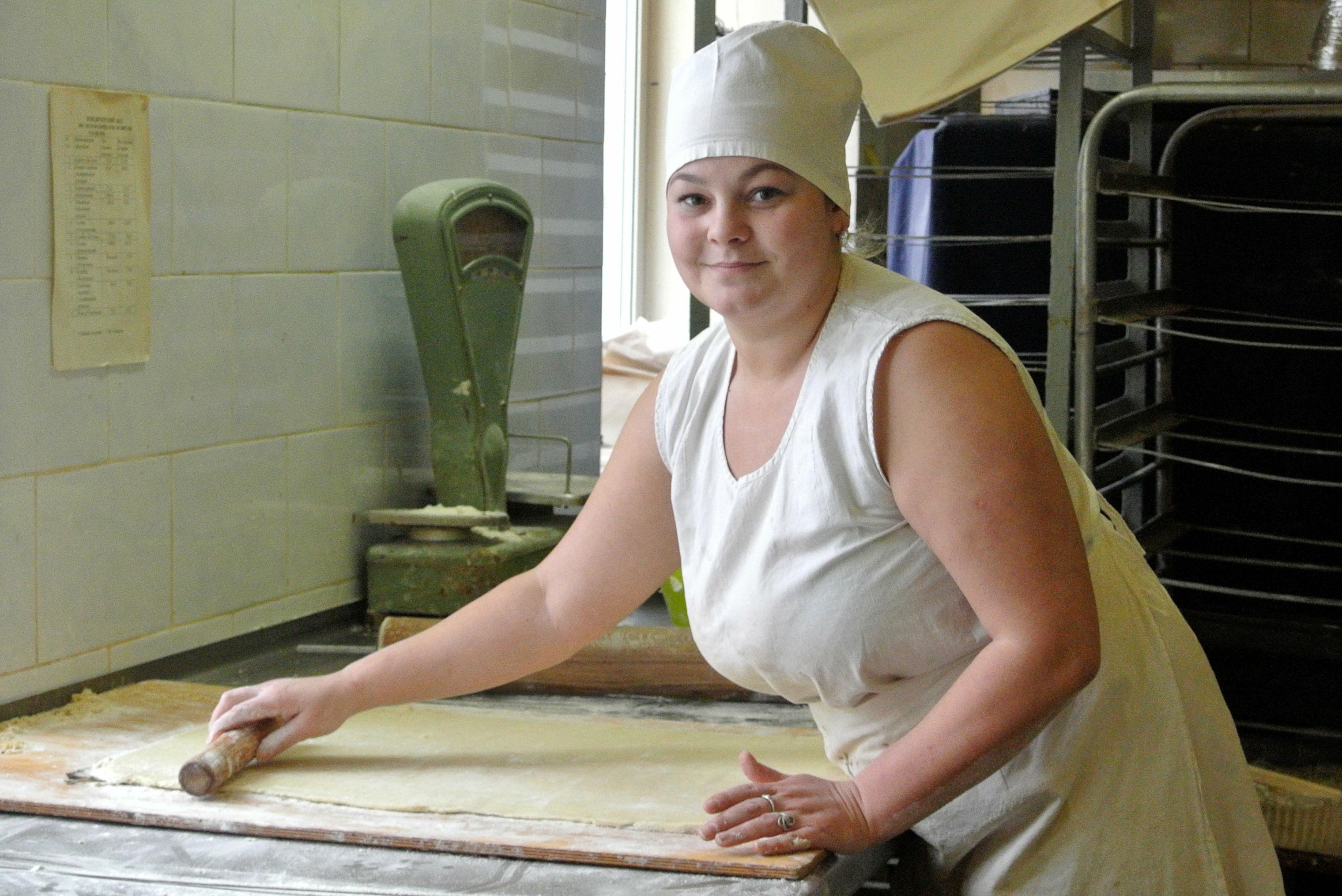 Виктория Крылова готовит тесто для печенья.