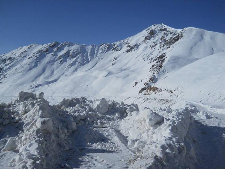 Высота снежного покрова на участке - почти 2 метра.