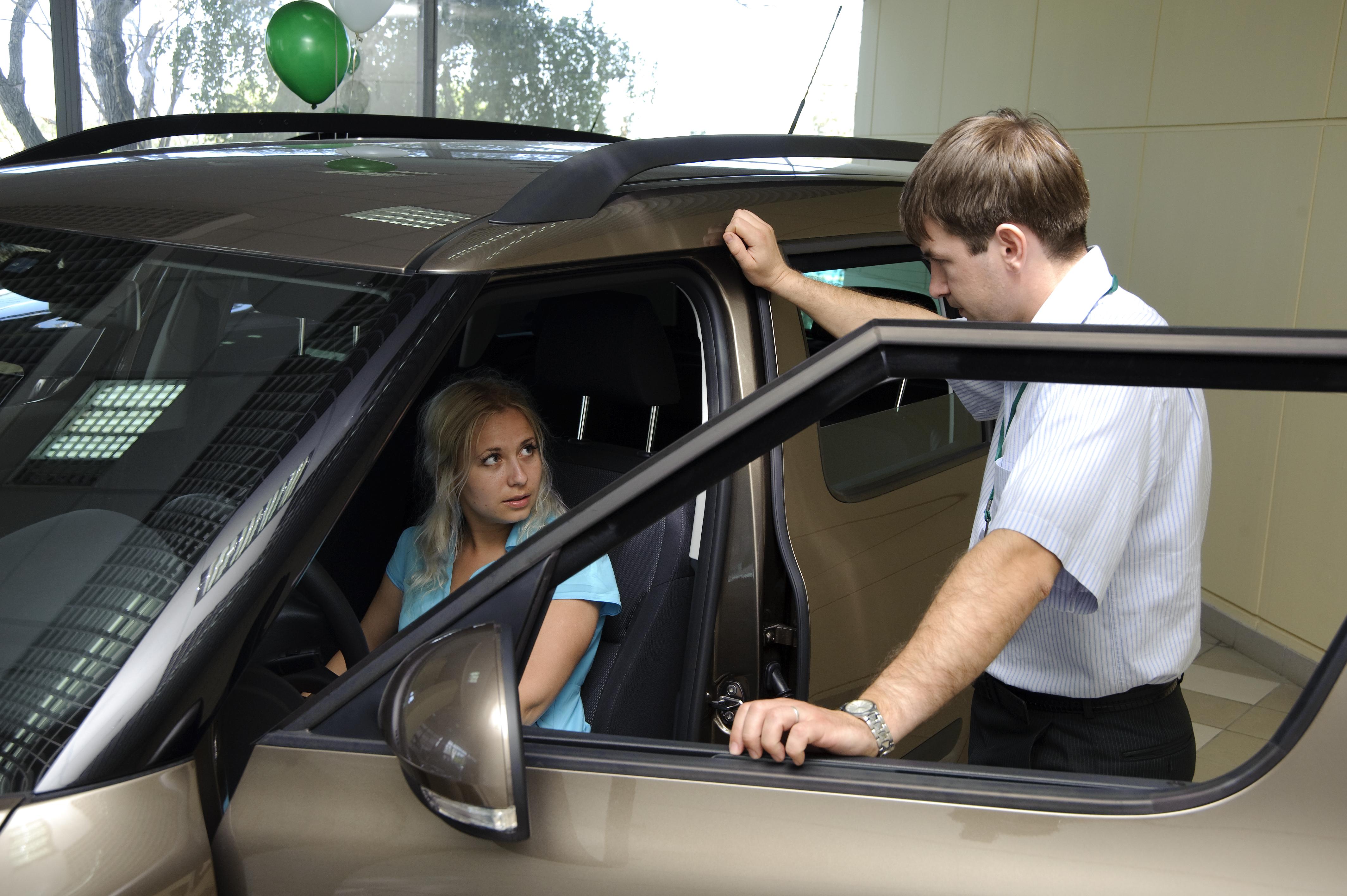 Менеджеры автосалона очень настойчиво предлагают ненужное дополнительное оборудование.