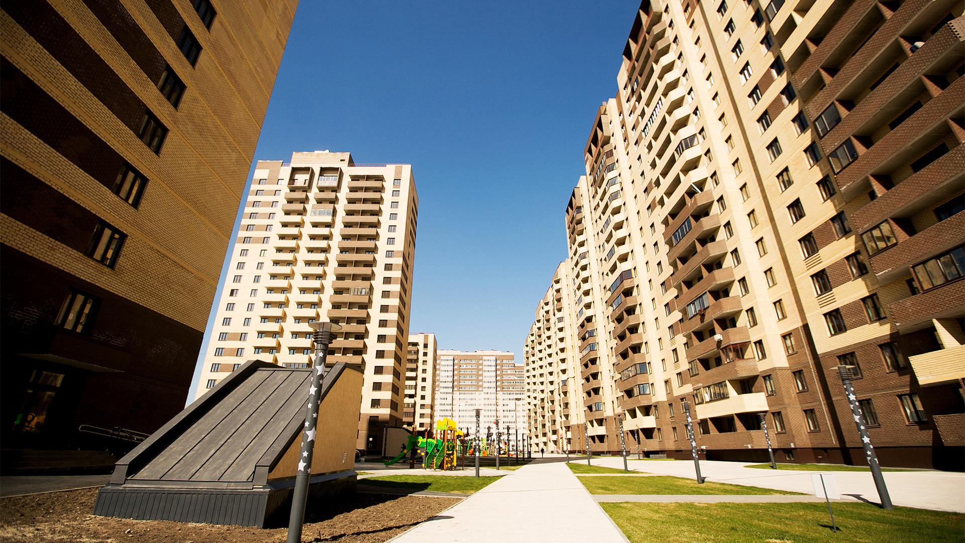 Квартира в районе, удаленном от центра города, предоставляет жильцам все необходимые удобства.
