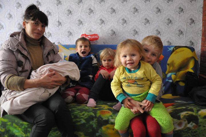 У Светланы пять детей: Максиму 8 лет, Денису — 6, Мирославе — 5, Лавинии — 2, Росине — 2 месяца.