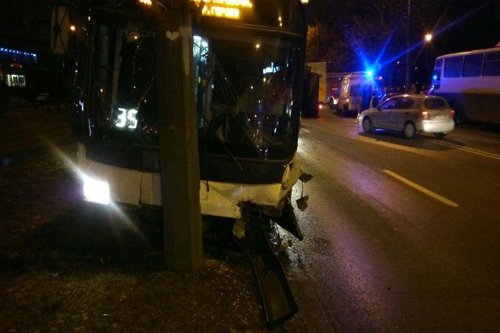 ВКупчино троллейбус «впечатался» встолб после удара от БМВ