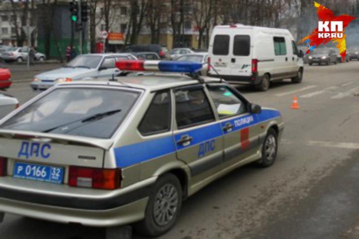 Автомобилистка на Ниссан Almera протаранила остановку вБрянской области