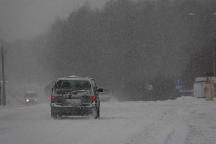 После ночного снегопада сложные условия движения образовались почти на всей территории Литвы.