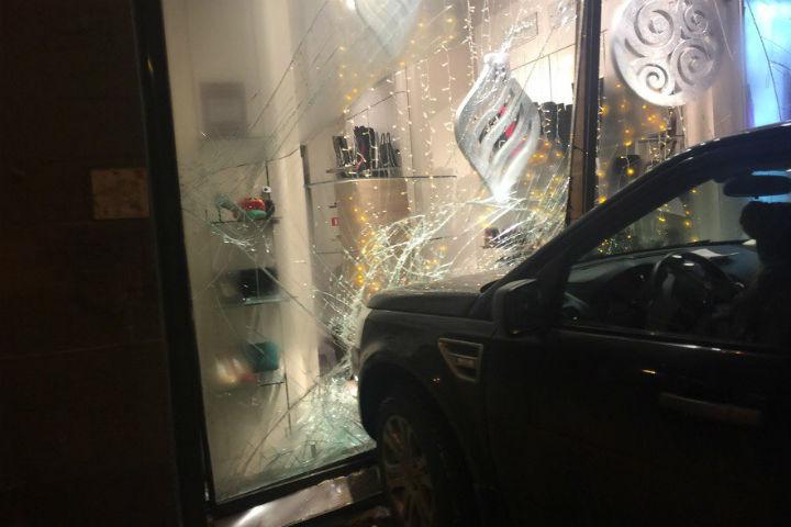 НаМосковском проспекте автоледи въехала ввитрину магазина— свидетели