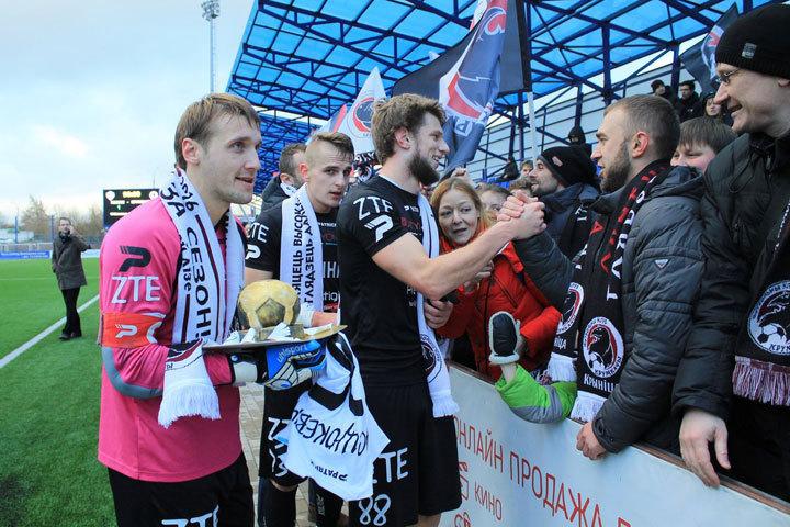 Самые преданные болельщики были с командой все матчи. Фото: vk.com/krumkachy