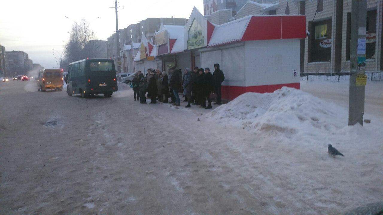 Автобус отходит от остановки, на улице люди, которые не поместились в маршрутку. Фото Алены Копьяк