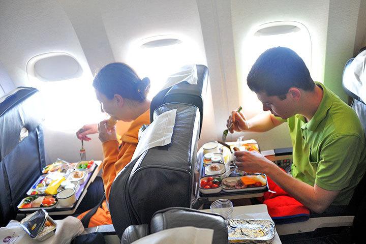 Чтобы пассажиры воздушных кораблей, вылетающих из Самары, могли перекусить, трудится 98 человек.