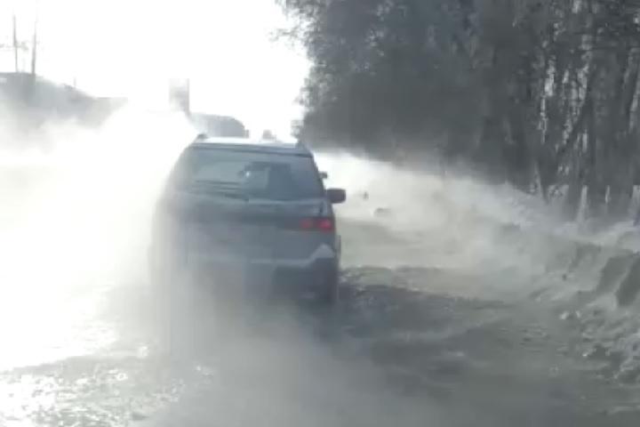 Зимняя дорога кТЭЦ-5 вНовосибирске превратилась вбурную реку