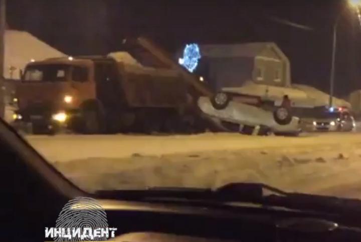 ВКемерове КамАЗ дорожной службы стал невольной предпосылкой перевёртыша автомобиля