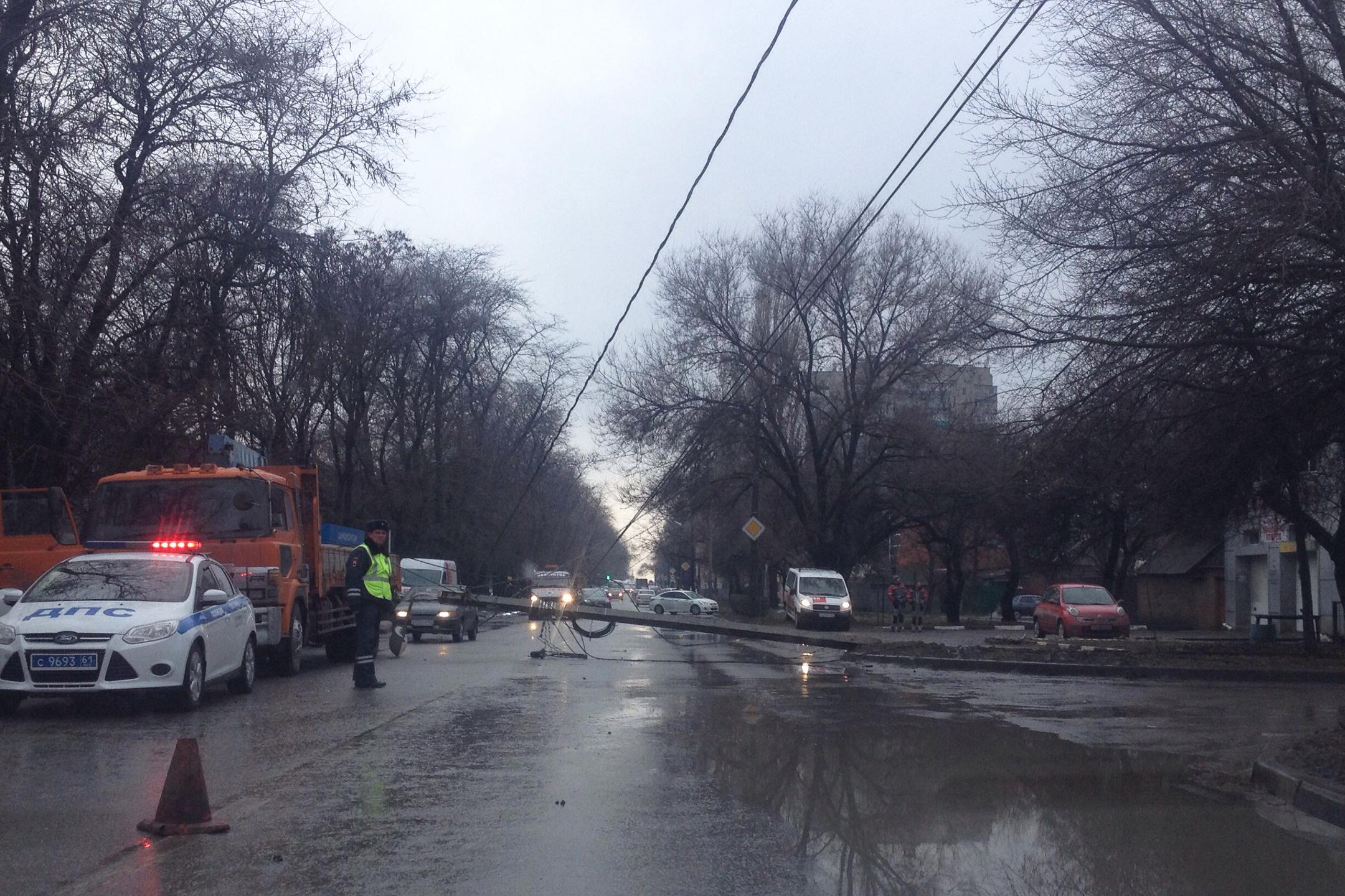 ВРостове наулице Еременко упавший столб заблокировал проезд авто