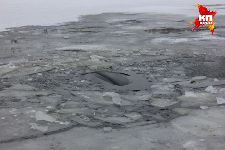 НаКрасноярском водохранилище сразу два автомобиля провалились под лед