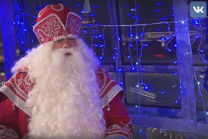 Дед мороз оставляет подарков