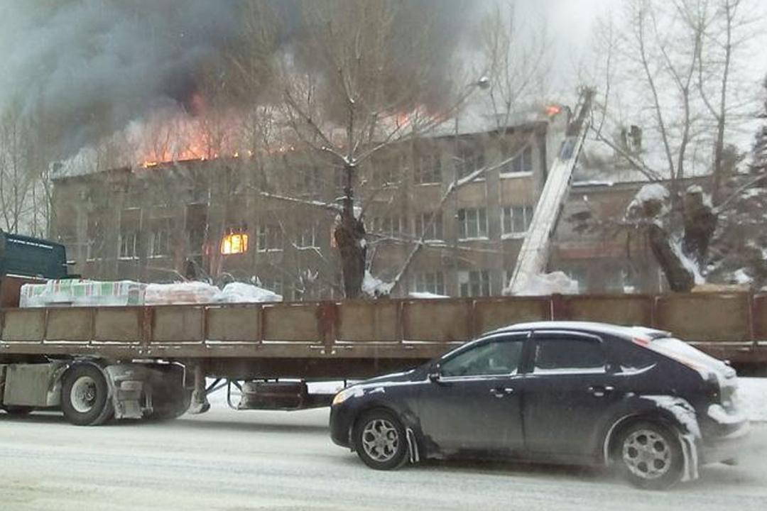 ВБарнауле произошел пожар вмногоэтажном здании радиозавода