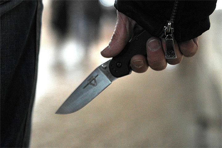 ВПетербурге неизвестные ударили мигранта ножом вшею