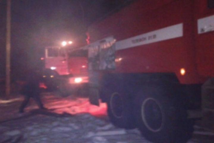 ВМасловке 12 пожарных тушили полыхающий дом