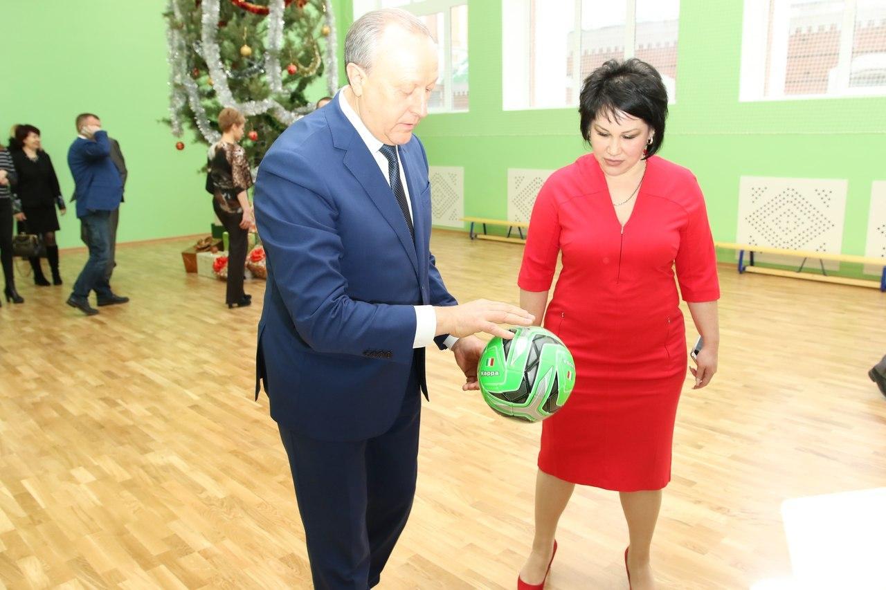 Губернатор оценил качество нового покрытия в спортзале. Фото: Михаил Егоров.