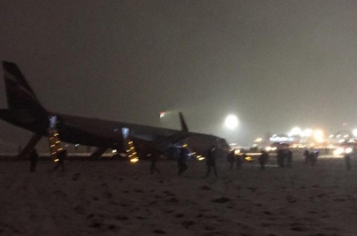 Усамолёта, выехавшего запределы ВПП вХраброво, сломалась стойка шасси— Аэрофлот