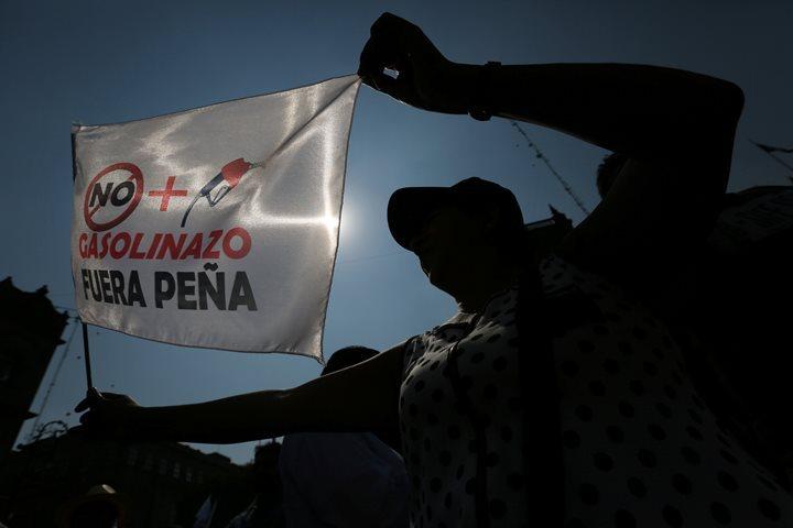 ВМексике участник акции протеста врезался наавтомобиле вгруппу полицейских