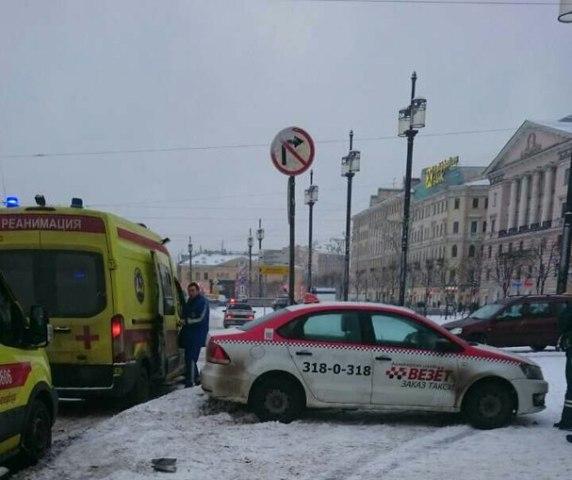 НаСенной площади два человека попали под колеса такси— свидетели