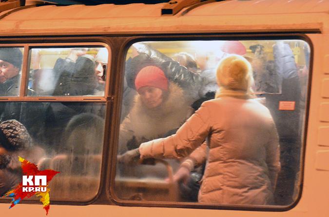 Молодую мать с 2-мя детьми зажало вдверях автобуса вНовосибирске